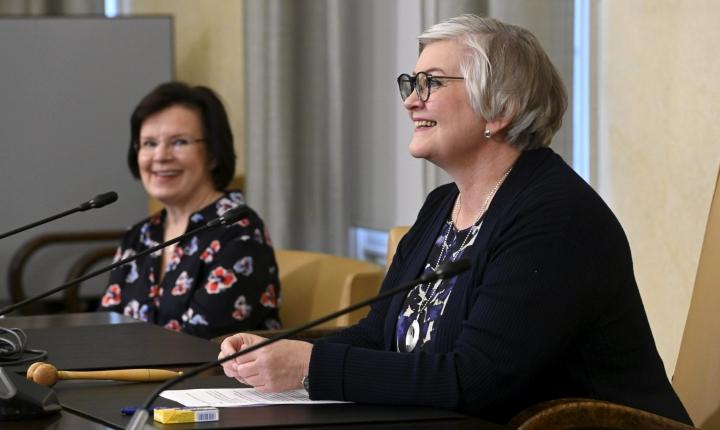 Eduskunnan puhemies Anu Vehviläinen (oik.) ja pääsihteeri Maija-Leena Paavola syyskauden aloitusinfossa Eduskuntatalossa. LEHTIKUVA / HEIKKI SAUKKOMAA