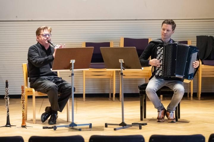 Professori, harmonikkataiteilija Janne Rättyä (oik.) ja klarinetisti Harri Mäki konsertoivat maanantaina Joensuussa.