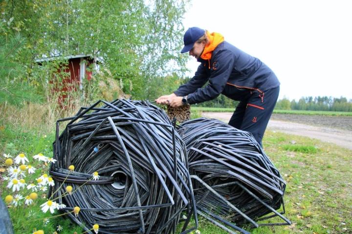 Mäkelän Mansikka -tilalla uusitaan joka vuosi noin kymmenen hehtaarin ala. Vanhoilta kerätään kierrätykseen muovit ja tihkukasteluletkut, joita Antti Tolvanen tässä tarkastelee.