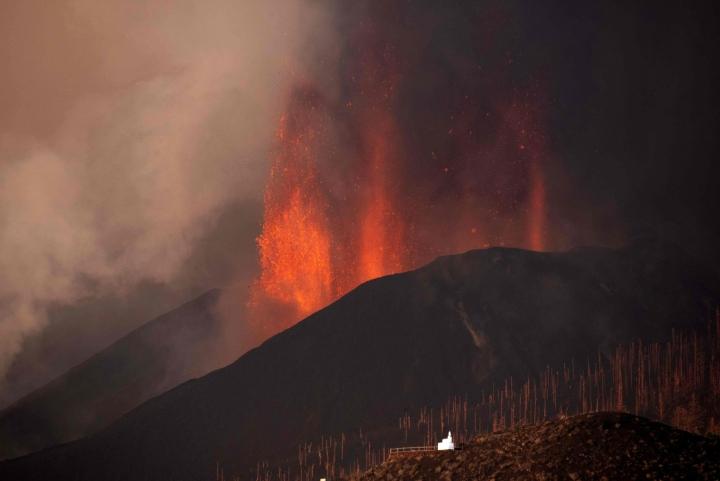 Kanarialla La Palman saarella purkautuneen tulivuoren laavaa on valunut mereen saakka. Kuva on lauantailta. LEHTIKUVA / AFP
