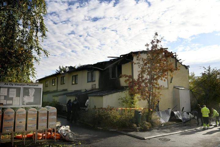Palo pääsi leviämään Vesalassa rivitalon kolmeen asuntoon, mutta siitä ei aiheutunut henkilövahinkoja. LEHTIKUVA / ANTTI AIMO-KOIVISTO