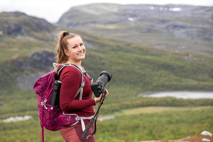 Kamera kulkee valokuvaajaksi valmistuneen Kanerva Jääskeläisen mukana kaikkialla. Aiemmin ensihoitajana työskennellyt Jääskeläinen ryhtyi yrittäjäksi kesällä. Sosiaalisessa mediassa hänet tunnetaan nimellä Seikkailumuikku.