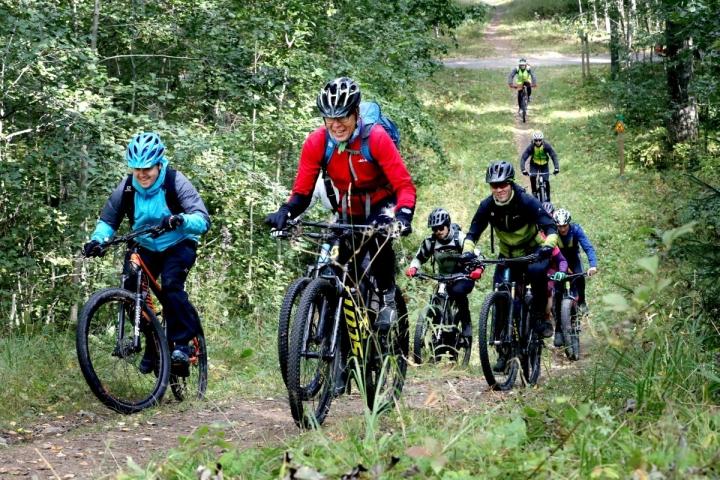 Hyvässä porukassa pyöräillen jyrkkäkin mäki nousee kevyesti. Lauri Kontkanen (vas), Mika Okkonen ja Mika Savolainen pyöräilijäryhmän kärjessä.