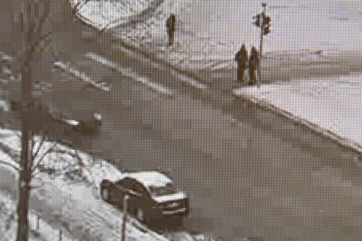 Eduskunnan turvakameran tallenne kansanedustaja Juha Sipilään kohdistuneesta hyökkäyksestä. Juha Sipilä oli tapahtumahetkellä ylittämässä suojatietä vasempaan suuntaan, kun joutui häntä seuraamaan lähteneen henkilön tönäisemäksi. LEHTIKUVA / JUSSI NUKARI