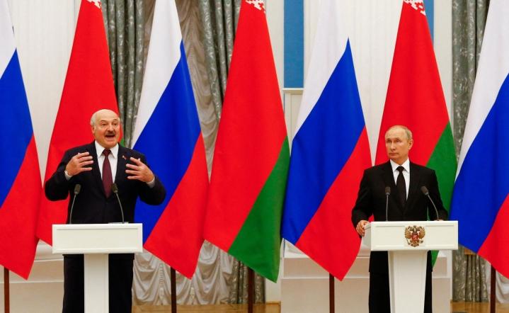 Valko-Venäjän johtaja Aljaksandr Lukashenka (vas.) ja Venäjän presidentti Vladimir Putin tapasivat torstaina Moskovassa. LEHTIKUVA/AFP