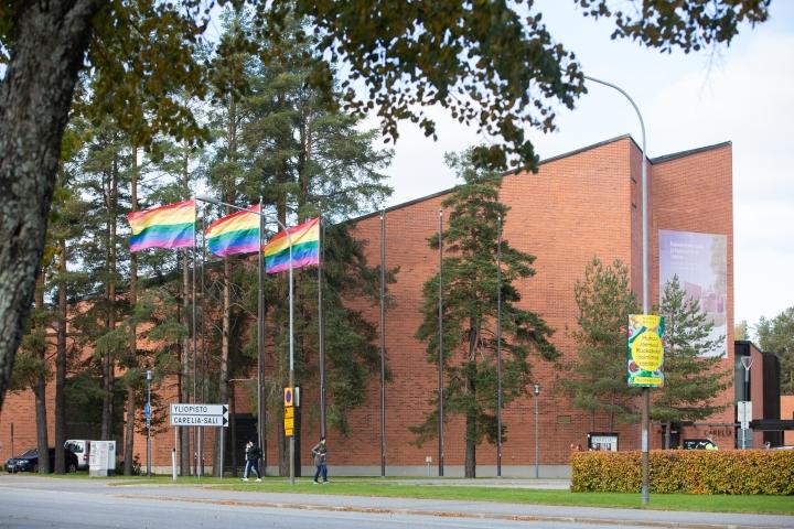 Sateenkaariliput liehuvat Pride-viikon kunniaksi Carelia-talon edessä Joensuussa.