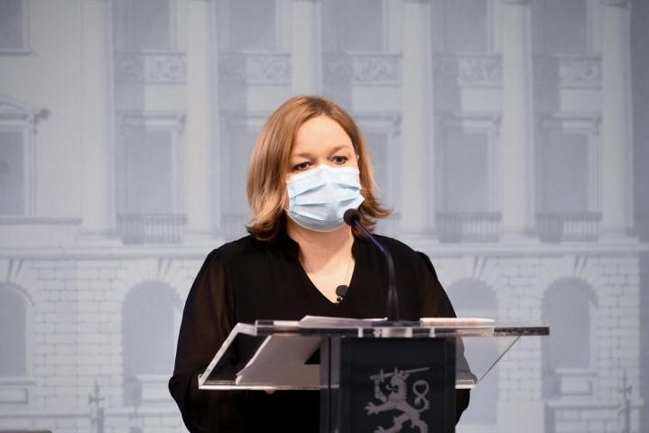 Perhe- ja peruspalveluministeri Krista Kiuru (sd.) sanoo, että hallitus ei jää odottamaan 80 prosentin rokotuskattavuutta, vaan uuden koronastrategian toimeenpano aloitetaan välittömästi. LEHTIKUVA / Kimmo Penttinen