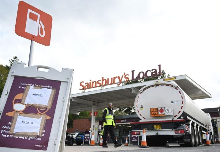 Maan hallitus on vakuuttanut, että polttoaine ei ole loppumassa, mutta se ei ole hillinnyt hamstrausta. LEHTIKUVA/AFP