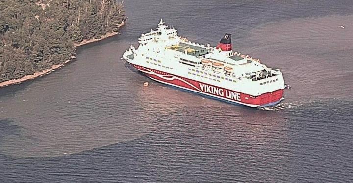 Onnettomuustutkintakeskus (Otkes) on löytänyt puutteita sekä Viking Linen että pelastusviranomaisten toiminnasta liittyen viimesyksyiseen matkustaja-autolautta Amorellan pohjakosketukseen. LEHTIKUVA / handout / Merivartiosto