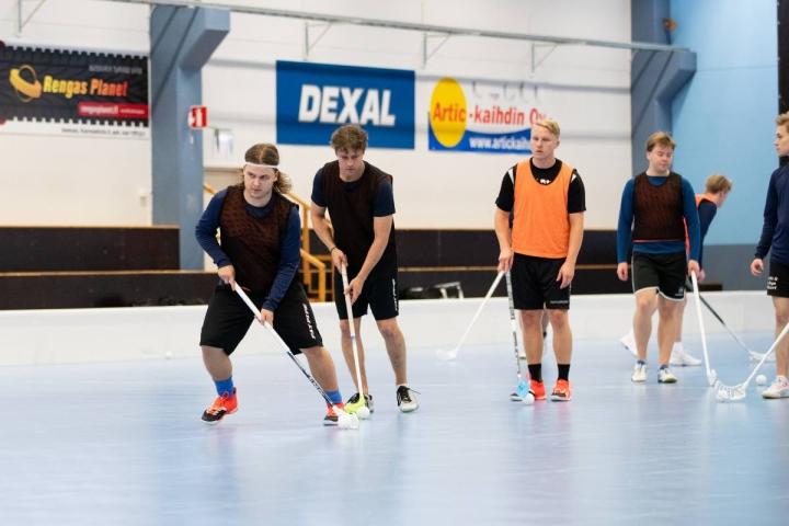 Hyökkääjät Henry Vartiainen (vas.) ja paluumuuttaja Miro Turunen (toinen vas.) pääsevät aloittamaan Suomisarjan lauantaina Kontiolahdella. LeBa harjoittelee Raatekankaan liikuntakeskuksessa kerran viikossa, sillä monet joukkueen pelaajista asuvat Joensuussa.