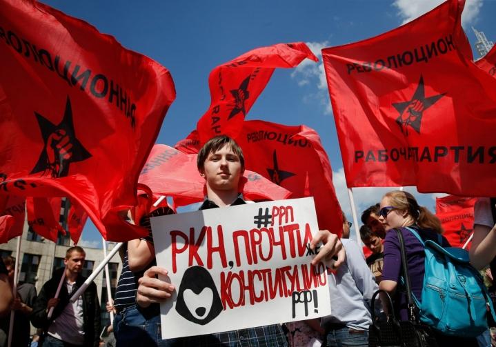 Roskomnadzor lue perustuslakia, kehotettiin internetin vapautta vaatineessa mielenosoituksessa Moskovassa toukokuussa 2018. LEHTIKUVA/AFP