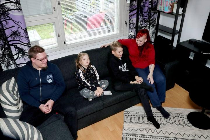 Matti Hyttisen (vas.) ja Iiris Lindroosin perheessä lapset Essi Lindroos ja Ossi Korhonen ovat tehokkaita ääniviestien käyttäjiä. Yleensä asia tulee sanottua yhdessä viestissä.