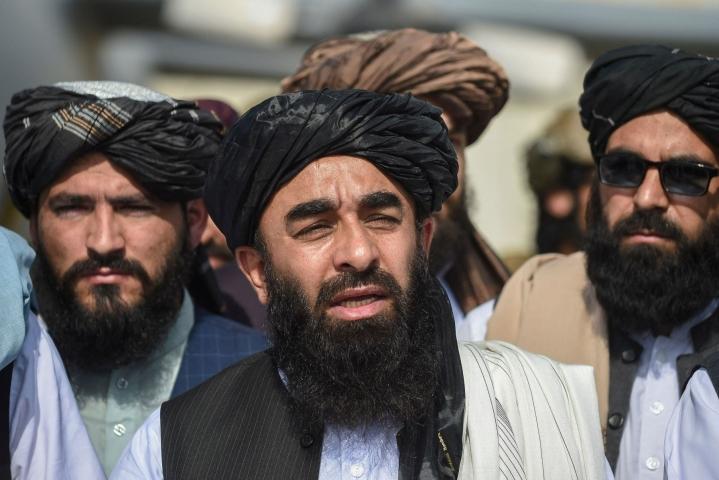 Taleban nimitti uuden virkaatekevän hallituksen. Kuvassa keskellä Talebanin tiedottaja Zabihullah Mujahid. LEHTIKUVA/AFP
