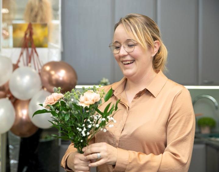 Yrittäjä Heini Ikonen kertoo, että Leinikissä tehdään häihin kukka-asetelmia ja kimppuja vielä pitkälle syksyyn. Joskus päästään koristelemaan kokonainen juhlapaikka.