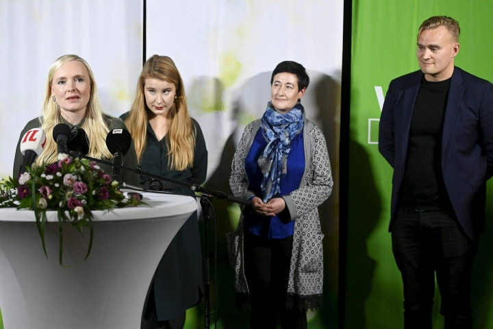 Vihreiden puoluekokouksessa Maria Ohisalo (vasemmalla) sai jatkokauden puheenjohtajana. Varapuheenjohtajiksi valittiin Iiris Suomela, Hanna Holopainen ja Atte Harjanne. Puoluekokouksen sunnuntaina tekemä kannabislinjaus aiheutti eropiikin puolueessa.