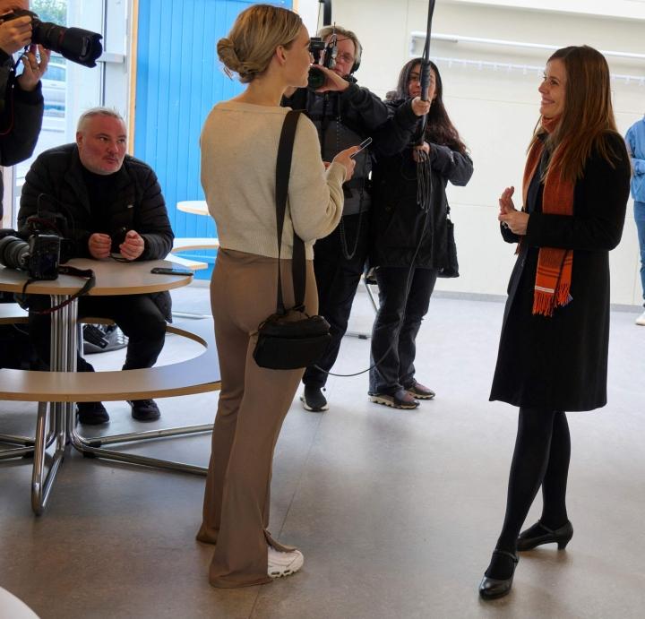 Islannin pääministeri Katrin Jakobsdottir kommentoimassa medialle lauantaina Reykjavikissa. Hän edustaa vasemmistovihreitä. LEHTIKUVA / AFP