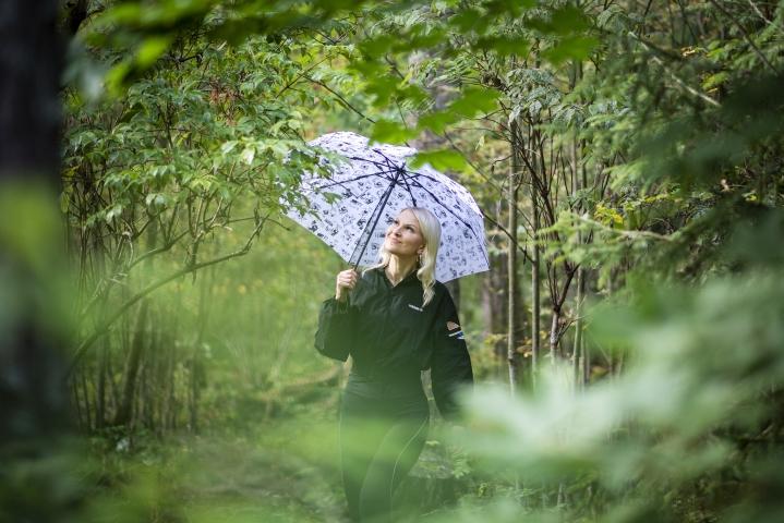 Psykologi Hanna Markuksela halusi kirjoittaa kansantajuisen kirjan, jonka avulla jokainen voisi opetella parantamaan omaa suorituskykyään itselleen armollisella tavalla. Markukselalle metsä on suurin voimavara.