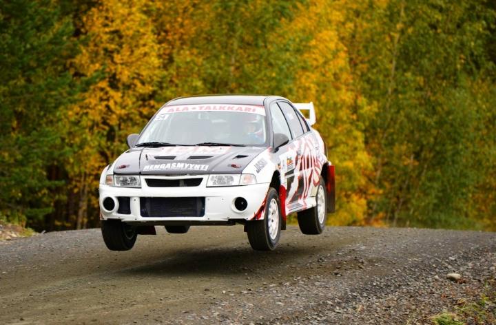 JoeUA:n Kati Vinni on kolmantena naisten Suomi cupissa ennen Kiteen osakilpailua. Vinni ajamassa nelivetoisella Mitsubishillään Kiteen kisassa viime vuonna.