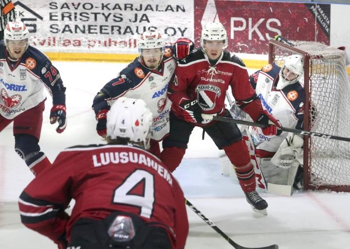 Kiekko-Poikien ykköskentän numerolla neljä pelaava laitahyökkääjä Aatu Luusuaniemi pelasi vahvasti SaPKoa vastaan. Maalin edessä maskia tekemässä JoKP:n Jonne Brygger.