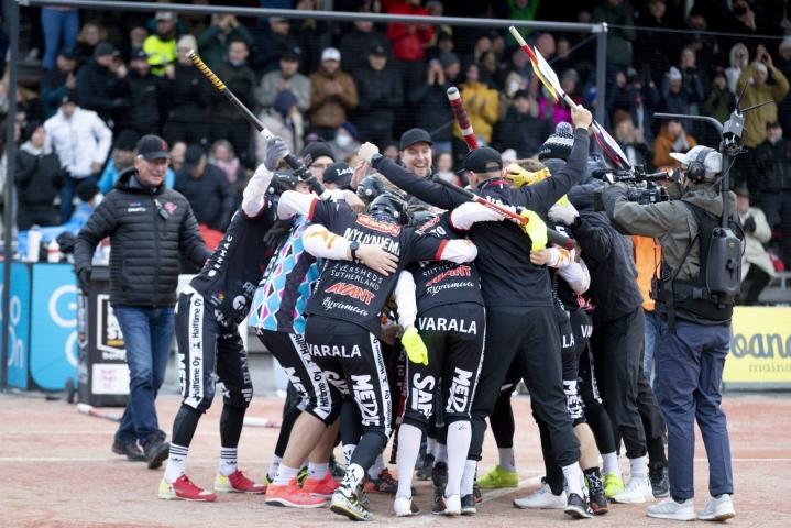 Manse PP juhlii voittoa miesten pesäpallon Superpesiksen ensimmäisessä finaaliottelussa. Lehtikuva / Kalle Parkkinen