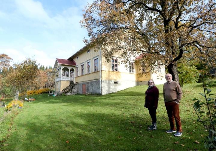 Tuija Jormanainen ja Pekka Kettunen ovat kotiutuneet historiaa huokuvaan pappilamiljööhön.