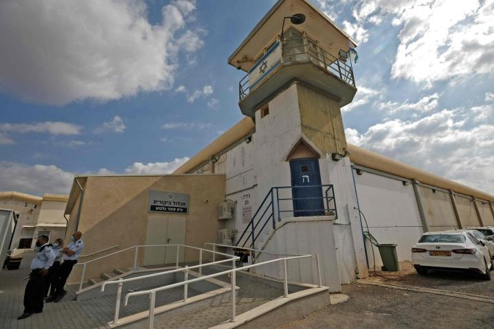 Israelilaisia poliiseja Gilboan vankilan edustalla tänään. Lehtikuva/AFP