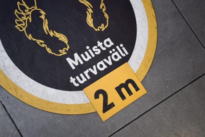 Kahden metrin turvaväleistä on muistutettu muun muassa elokuvateattereissa ja muissa julkisissa tiloissa.  LEHTIKUVA / SILJA-RIIKKA SEPPÄLÄ