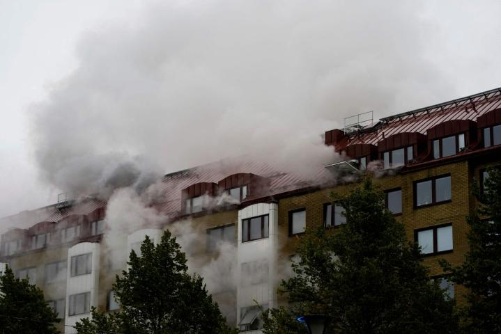 Ruotsin poliisi epäilee, että Göteborgin aamuöisen räjähdyksen aiheuttaja oli asetettu talon ulkopuolelle. LEHTIKUVA/AFP