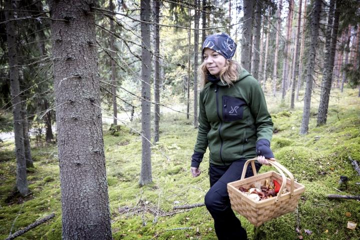 Luonnontuoteneuvoja Rosa Yliaho nauttii sienimetsän rauhasta. Säilöttävää löytyy paljon, mutta välillä voi pysähtyä vain ihastelemaan ja kuvaamaan. Hän julkaisee kuvia Instagramissa.