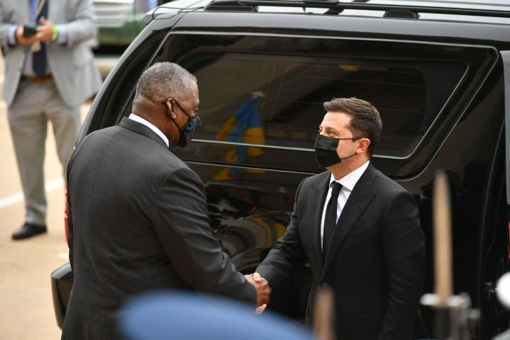 Ukrainan presidentti Volodymyr Zelenskyi (oik.) tapasi vierailunsa aluksi Yhdysvaltain puolustusministerin Lloyd Austinin.  LEHTIKUVA / AFP