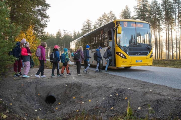Uusi odotuspaikka on ojan päälle rakennettu tasanne, johon kaikki lapset mahtuvat. Ennen lapset odottivat bussia pienen puusillan päällä tai ojassa.
