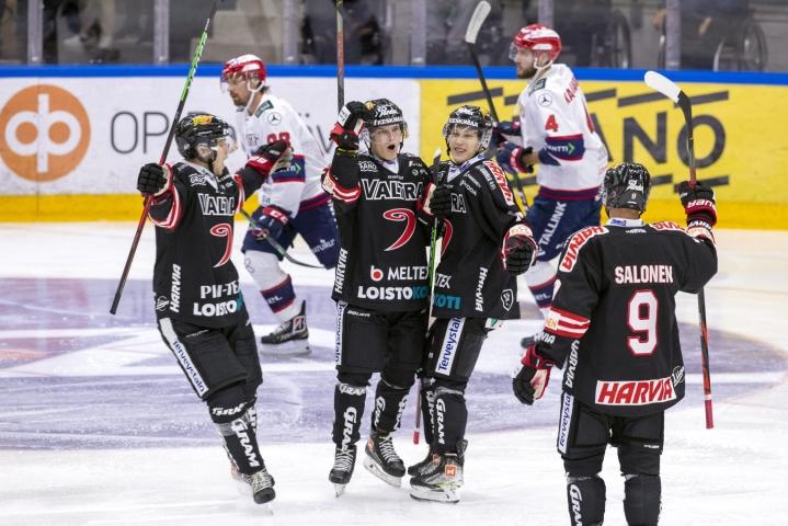 Liiga-avauksen suurin yllätys koettiin Jyväskylässä, kun mestarisuosikki HIFK hävisi jumboksi povatulle JYPille. LEHTIKUVA / Tommi Anttonen
