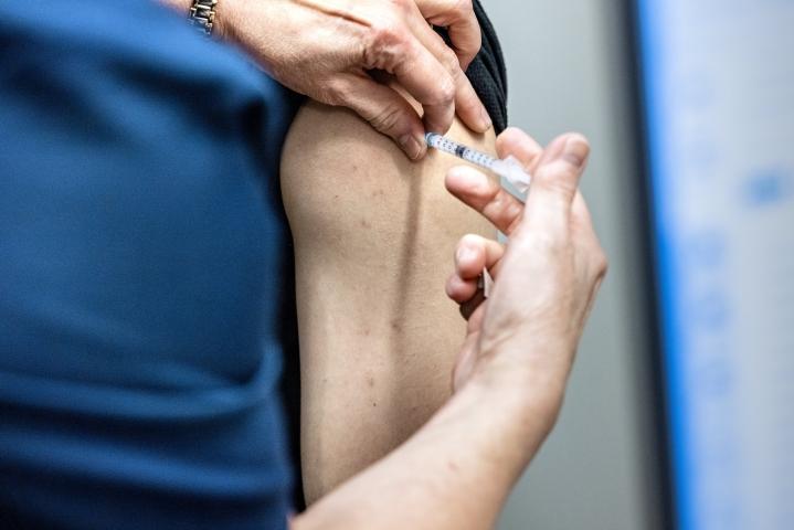 Rokottautuminen on nyt keskeinen tapa saada yhteiskunta avattua, Siun sotesta todetaan.