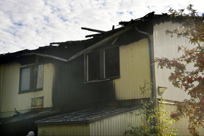 Alustavan selvityksen mukaan palo sai alkunsa tyhjillään olevasta rivitalon päätyasunnosta, josta tuli levisi viereisiin asuntoihin. Ainakin kolme asuntoa vaurioitui pahasti. LEHTIKUVA / ANTTI AIMO-KOIVISTO