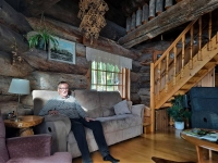 """Karjalainen ja marjalalainen Mauno Repo, 74, omistaa seitsemän saunaa: """"Mökin savusaunassa on lysti kylpeä ja välillä hypätä Pieliseen uimaan poikien kanssa"""""""