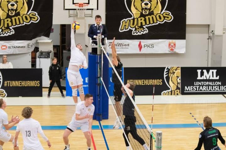 Savo Volley Mikko Räsänen oli entisessä kotisalissaan elementissään. Hurmoksen Eetu Häyrinen, Petteri Härkönen ja Jere Heiskanen eivät pystyneet pysäyttämään miestä.