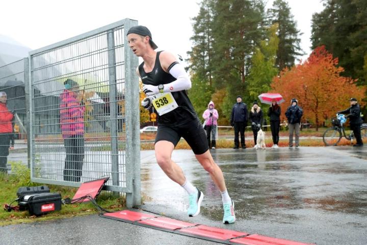 Viime talvena 50 kilometrin SM-hopeaa hiihdossa saavuttanut Kari Varis juoksi nopeinta vauhtia maaliin Joensuu Runin kymmenellä kilometrillä.