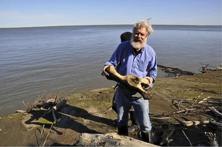 Tutkija George Church haluaa tehdä jotakin mitä kukaan muu ei ole vielä tehnyt: palauttaa sukupuuttoon kuolleen eläinlajin takaisin luontoon. Church esittelee mammutin jäänteitä siperialaisella rantatörmällä.