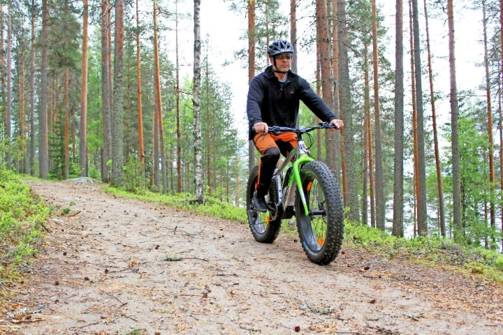 Lieksan retkeilyreiteille toivotaan lisää maastopyöräilijöitä. Mikko Aimola pyöräili Ruunaalla viime kesänä.