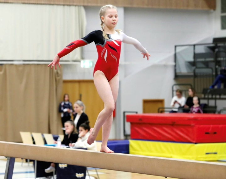 Joensuun Katajan Alma Korhonen voitti sarjan D-luokka vanhemmat Katajan järjestämissä virtuaalikisoissa. Korhonen taituroimassa puomilla kisoissa maaliskuussa 2019.