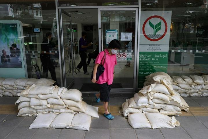 Bangkokissa on hankittu sekä pumppuja että hiekkasäkkejä tulvan saapumisen varalta. LEHTIKUVA/AFP