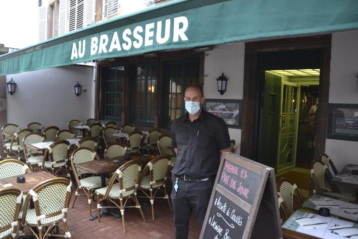Ravintolaan tulevat eivät ole juurikaan protestoineet koronapassin näyttämistä vastaan, sanoo tarjoilija Josselin Pecqueux. LEHTIKUVA / Heta Hassinen