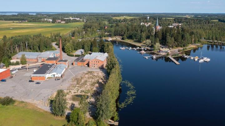 Perinteikäs meijerin ja myllyn alue sijaitsee maisemallisesti erittäin kauniilla ja keskeisellä alueella Kirkkolahden pohjukassa.