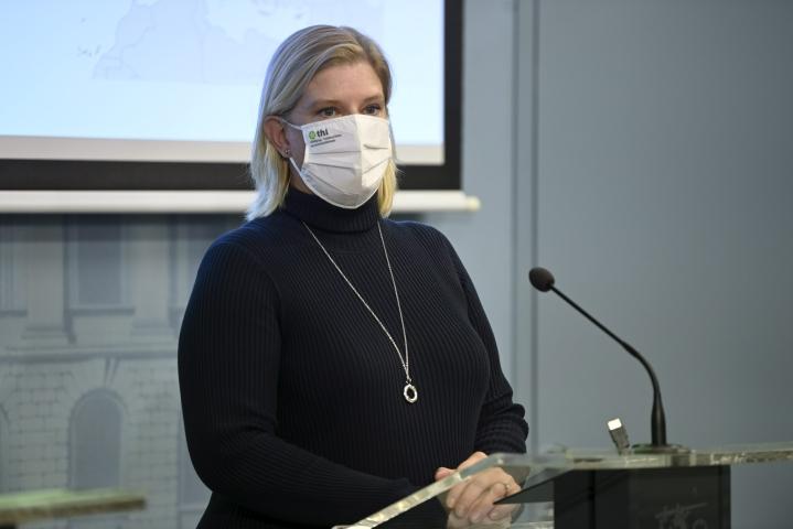 Johtava asiantuntija Mia Kontio THL:n ja STM:n koronakatsauksessa. LEHTIKUVA / Antti Aimo-Koivisto