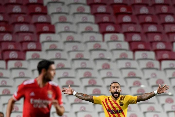 Barcelonan hävisi keskiviikkona jalkapallon Mestarien liigassa vieraissa Benficalle. Barcelonan Memphis Depay (oik.) elehti ottelun tuoksinnassa. LEHTIKUVA / AFP