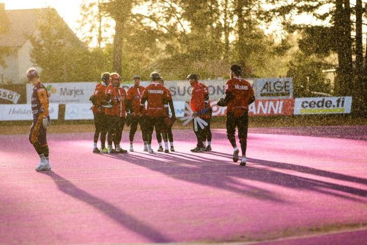 Joensuun Mailan kausi päättyi pienessä tihkusateessa Sotkamossa perjantaina. Sotkamon Jymy eteni välieriin täpärästi voitoin 3–2.