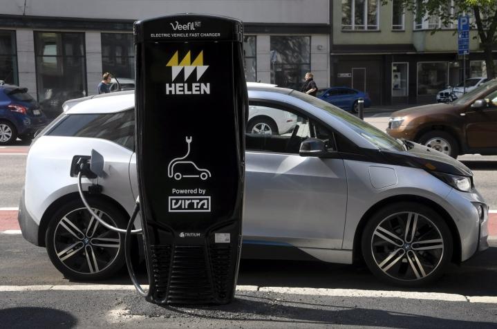 Liikenne- ja viestintäministeriön mukaan liikenteen ennustetaan sähköistyvän arvioitua nopeammin. LEHTIKUVA / Markku Ulander