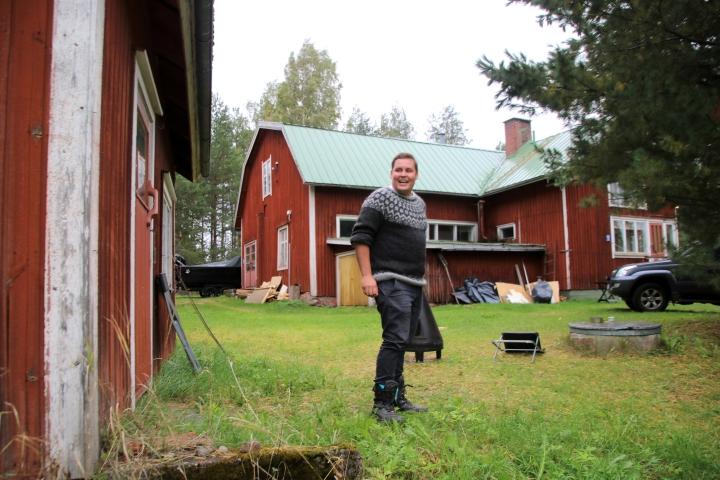 Jarno Kukkola on ihastunut ostamaansa vanhaan ja historialliseen Ruoman taloon. Hän suunnittelee päärakennuksen täydellistä kunnostamista.