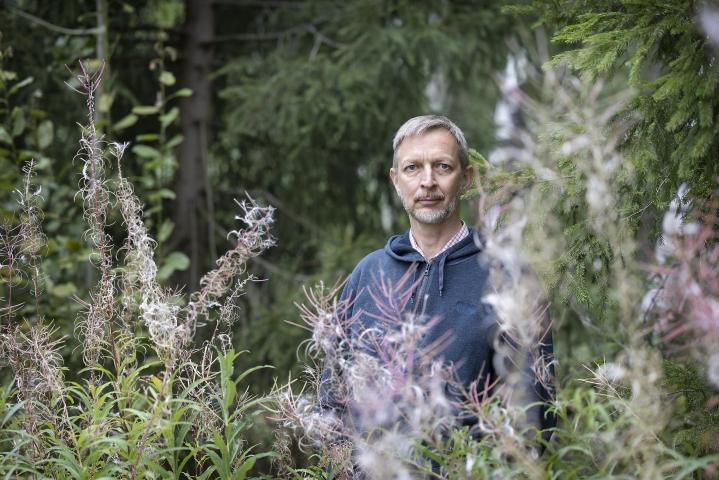 LUT-yliopiston ympäristötalouden ja -johtamisen professori Lassi Linnanen sanoo, että meidän kaikkien pitäisi aluksi puolittaa kulutuksemme.