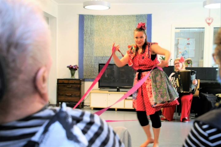 Tanssija Riikka Siirala ja muusikko Mari Kätkä aloittivat puolentoista vuoden projektinsa Kiteen hoivakodilta. Ikäihmiset ja vauvat ovat heidän kohderyhmänsä.